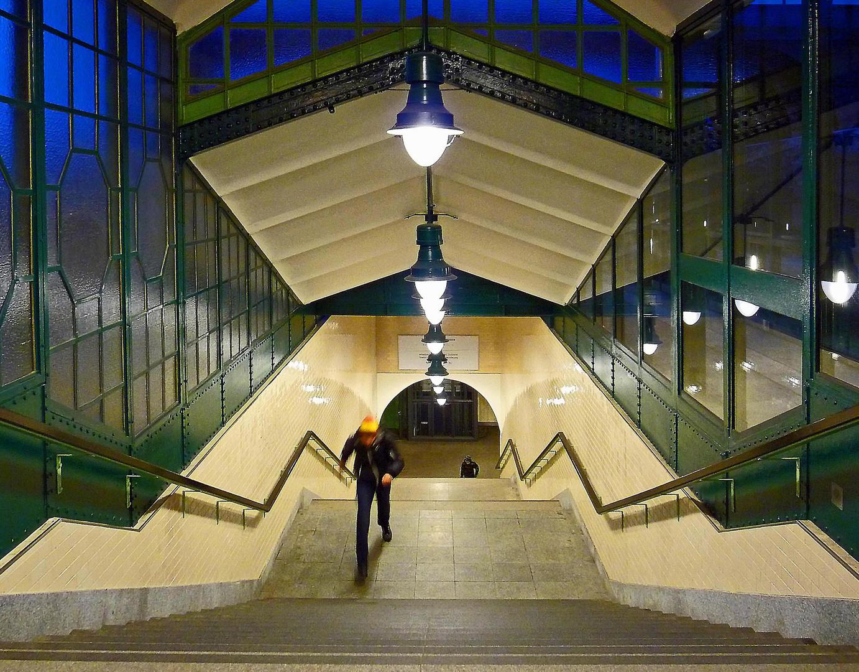 hinauf zur U-Bahn
