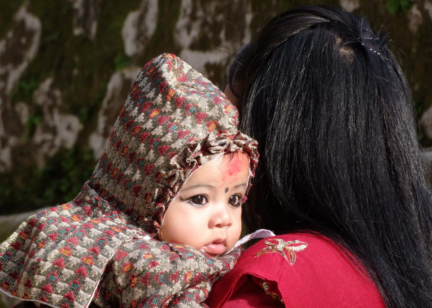 Hindukind, mit Kajal geschminkt