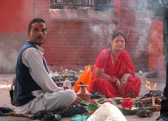 Hindus beim Opfern