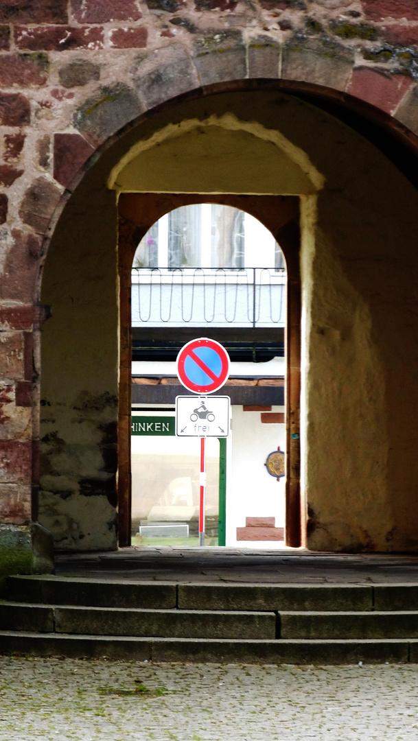 ?? hinkende Biker bitte links und rechts über die Stufen durchs Tor