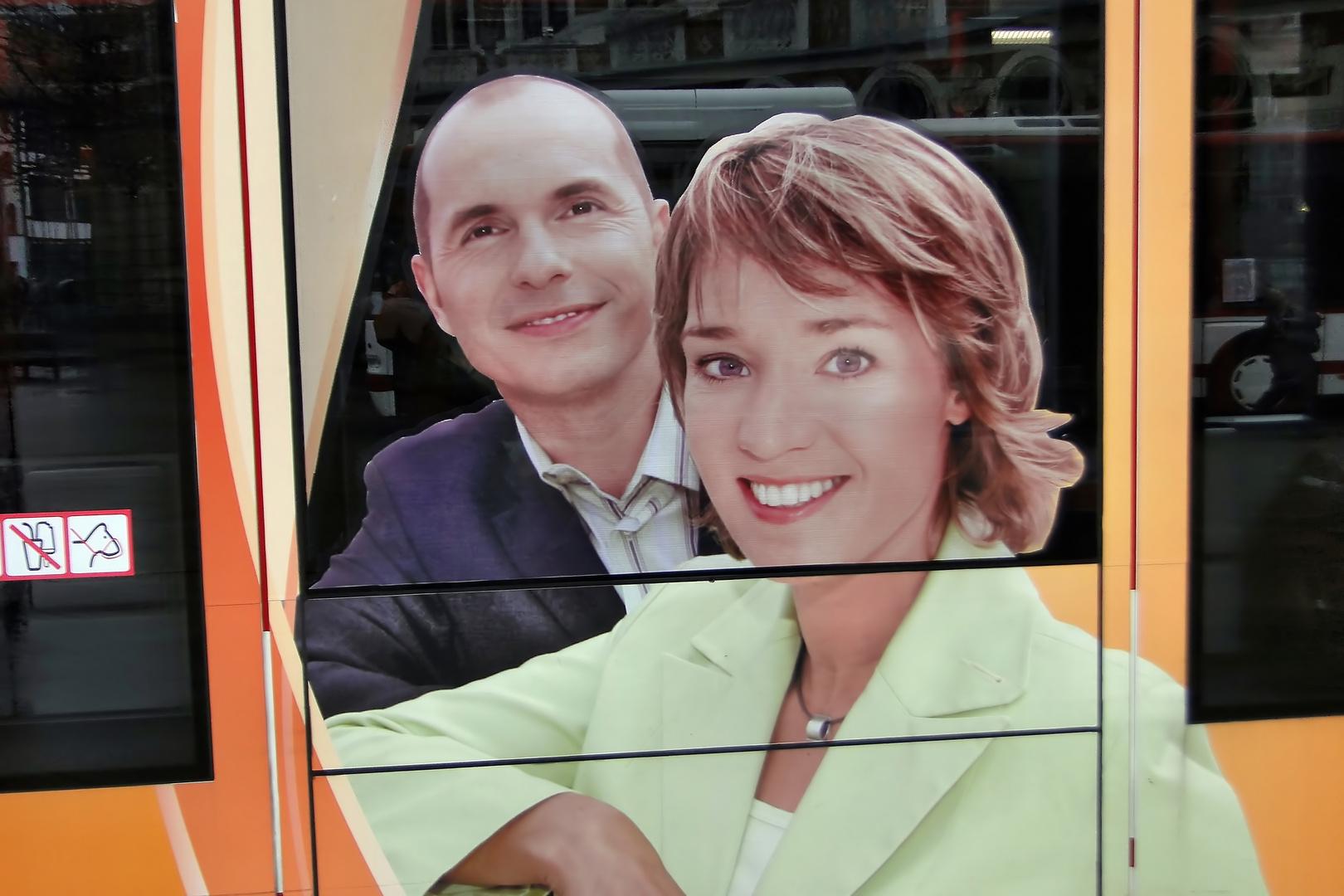Hinter dem Straßenbahnfenster gesehen