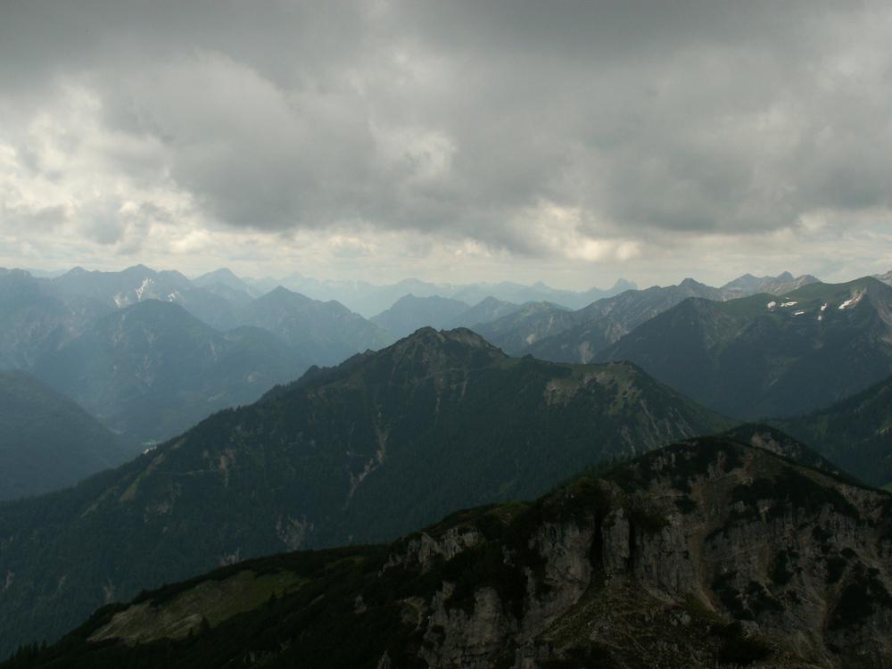 Hinter den Bergen...
