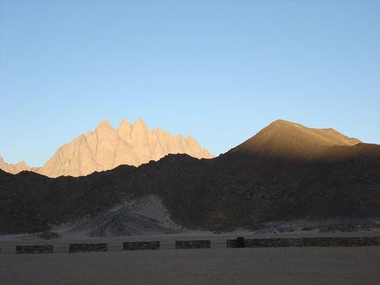 hinter den bergen