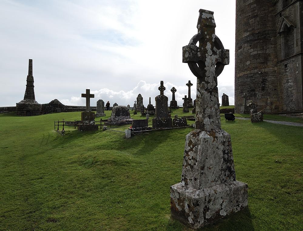 Hinter den Kloster-Ruinen auf dem Rock of Cashel bei Cahir (Grafschaft Munster)