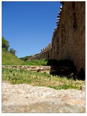Hinter den Mauern