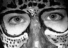 Hinter der Maske