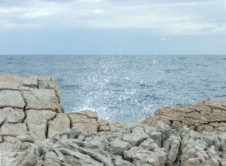 Hinter einem sicheren Fels