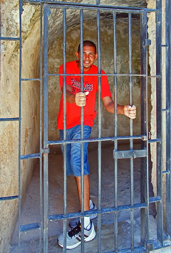 ..hinter Gittern..