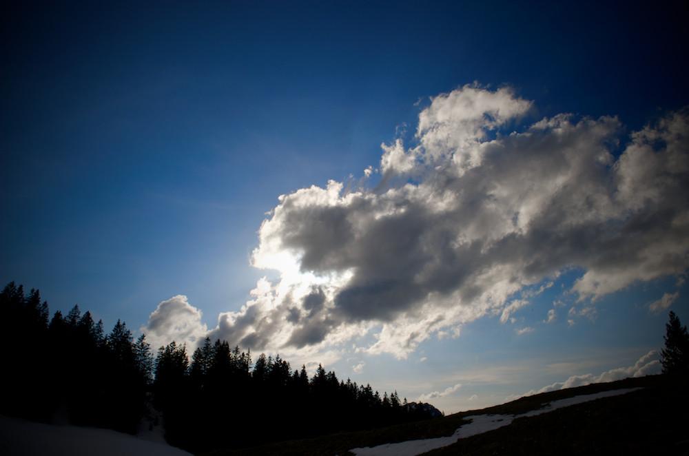 Hinter Wolken