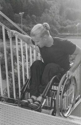 Hinunterfahren mit dem Rollstuhl