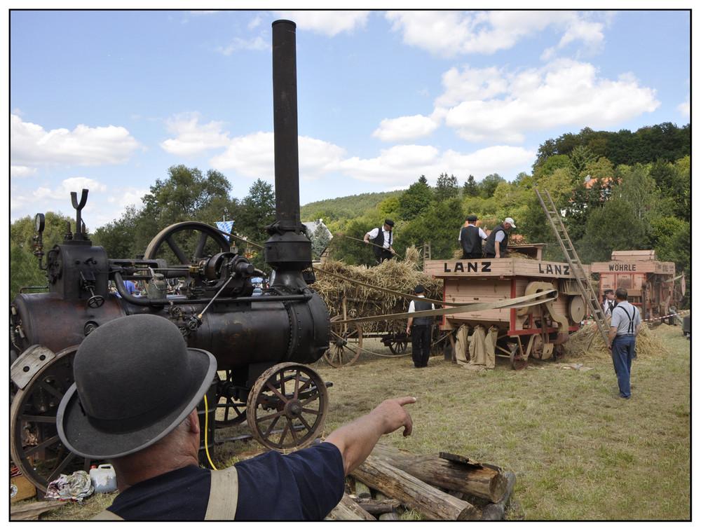 Historische Dreschmaschine angetrieben durch ein Dampflokomobil
