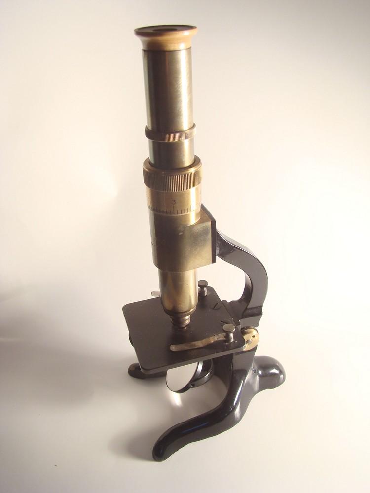 Historisches Mikroskop