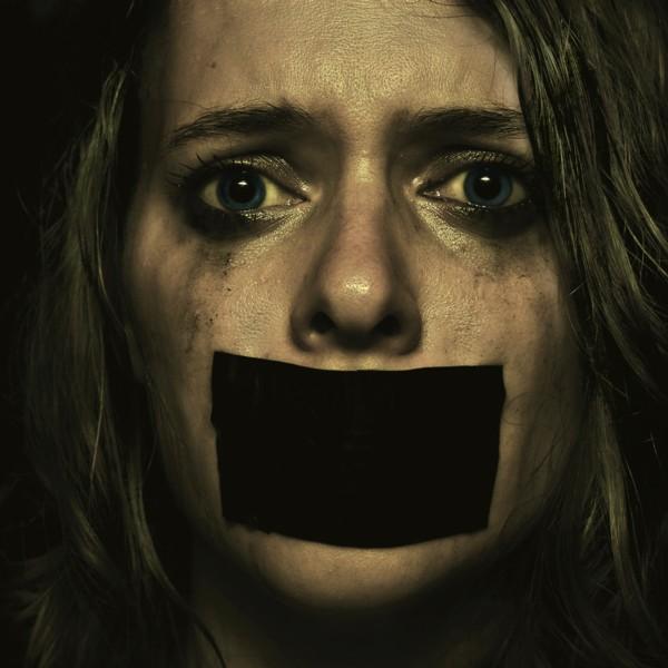HNO3 Une femme a peur