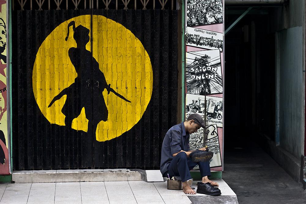 Ho Chi Minh City, Schuhputzer bei der Arbeit
