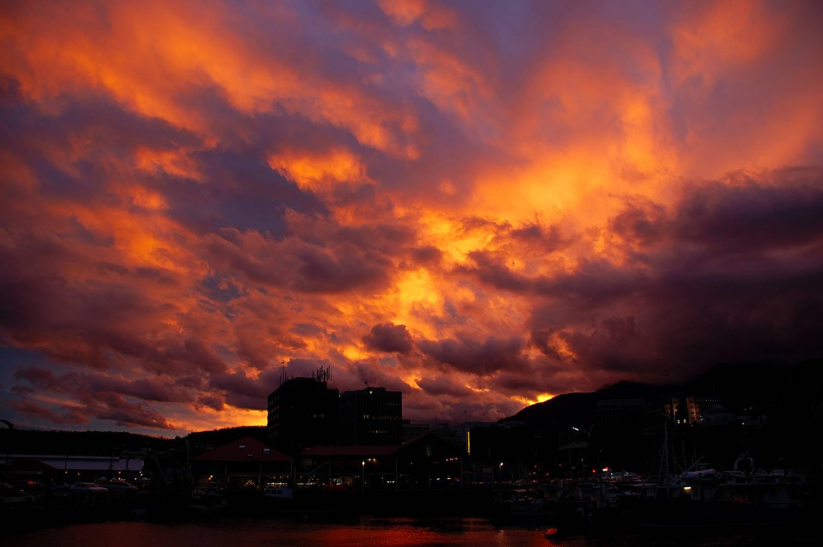Hobart`s Himmel in Flammen