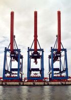 hochgeklappte Containerbrücken