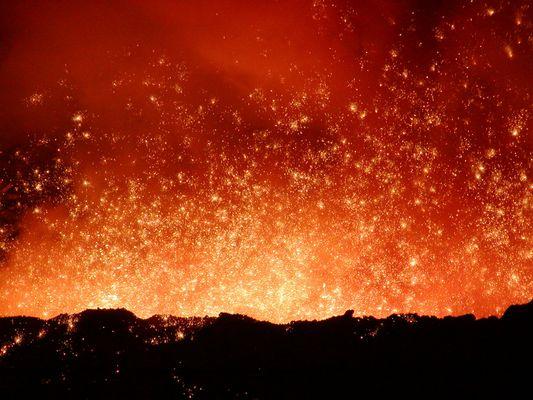 Hochofenabstich oder Vulkanausbruch (die Bilder gleichen sich)?