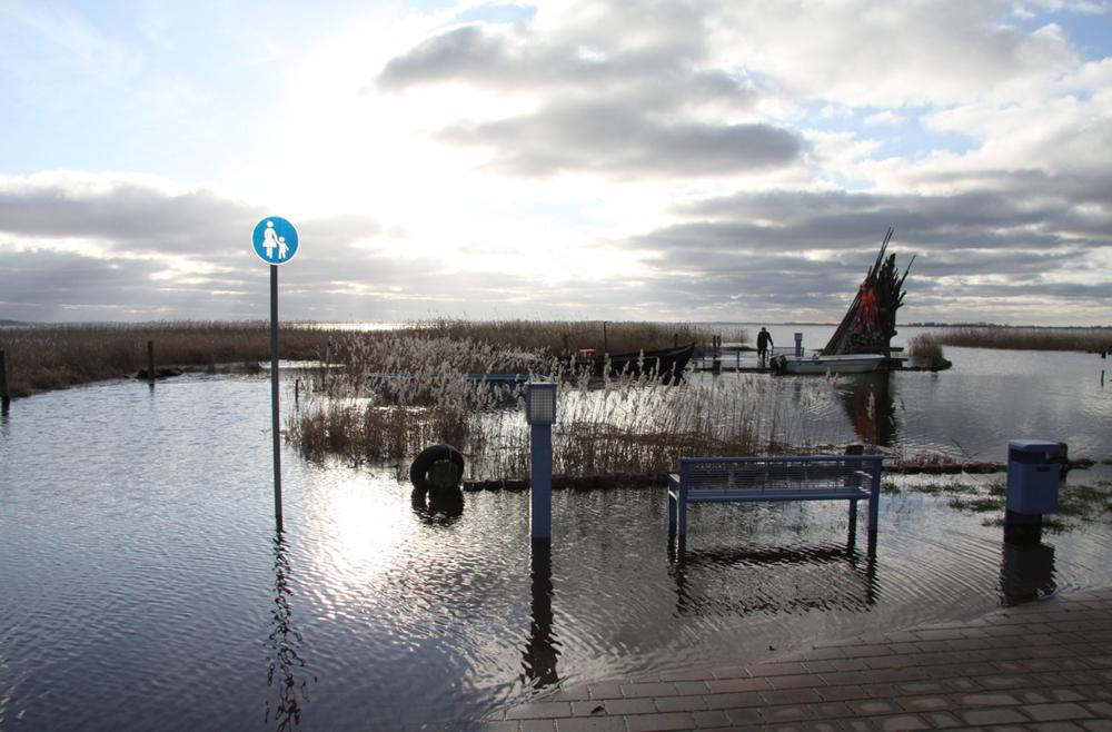 Hochwasser im Zempiner Hafen auf Usedom