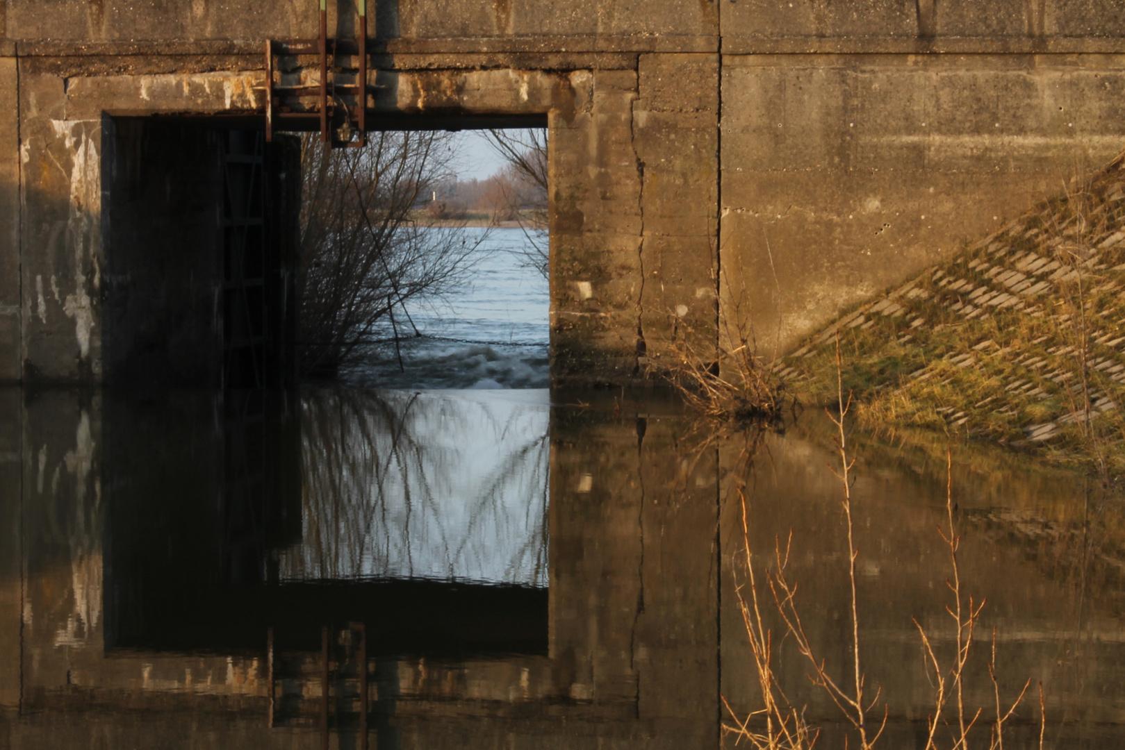 Hochwasser-Schleusentor am Rhein bei Xanten