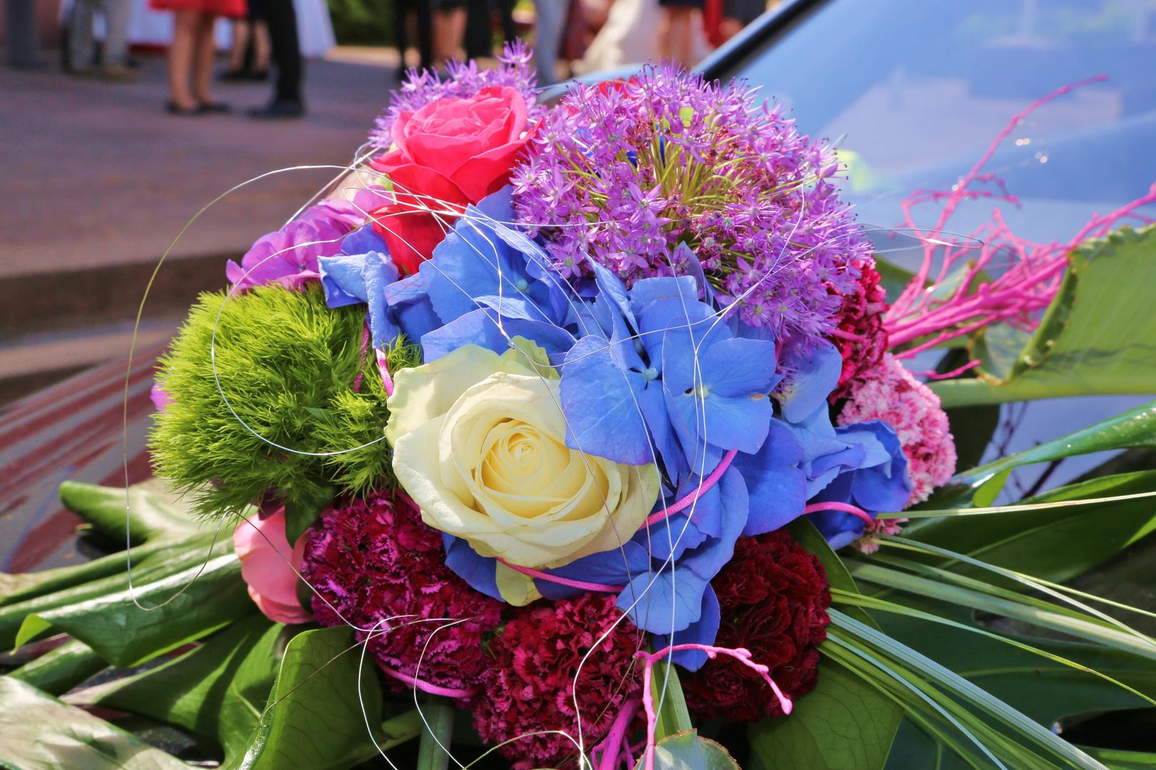 Hochzeitsdeko am Auto