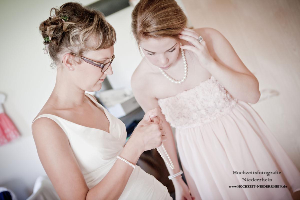 Hochzeitsfotograf NRW - hier in Hamminkeln - Braut und Trauzeugin