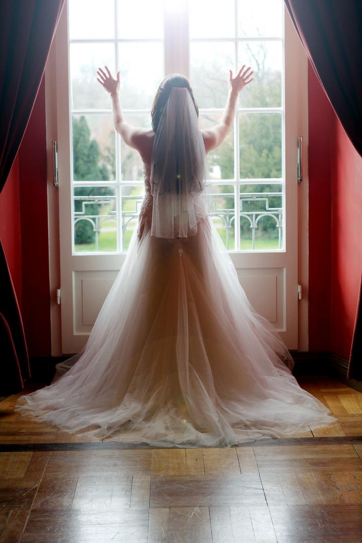Hochzeitsfotografie // Braut vor einem Fenster