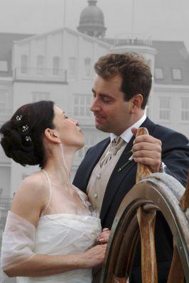 Hochzeitspaar am Steuer der Rickmer Rickmers