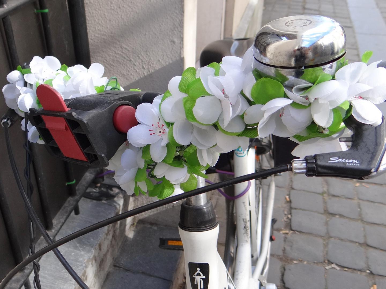 Hochzeitsschmuck am Fahrrad