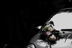 Hochzeitswagen und Blumenschmuck