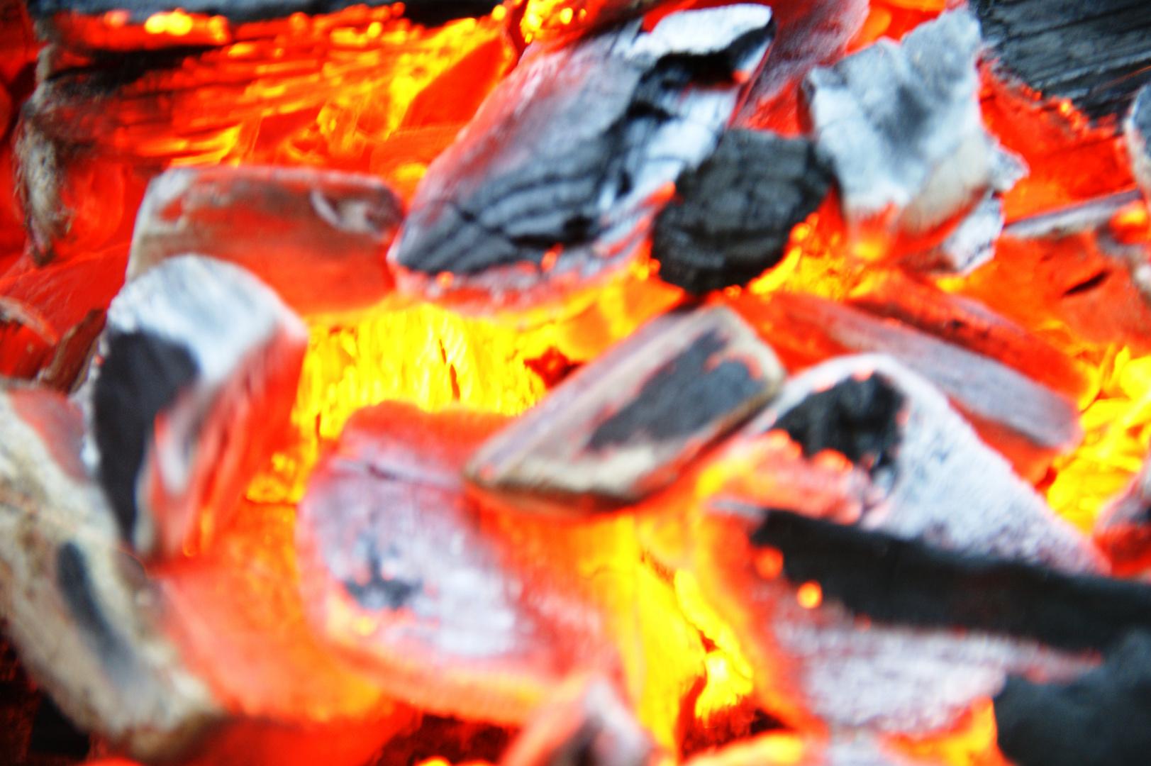 Höllenzugang - glühende Holzkohle