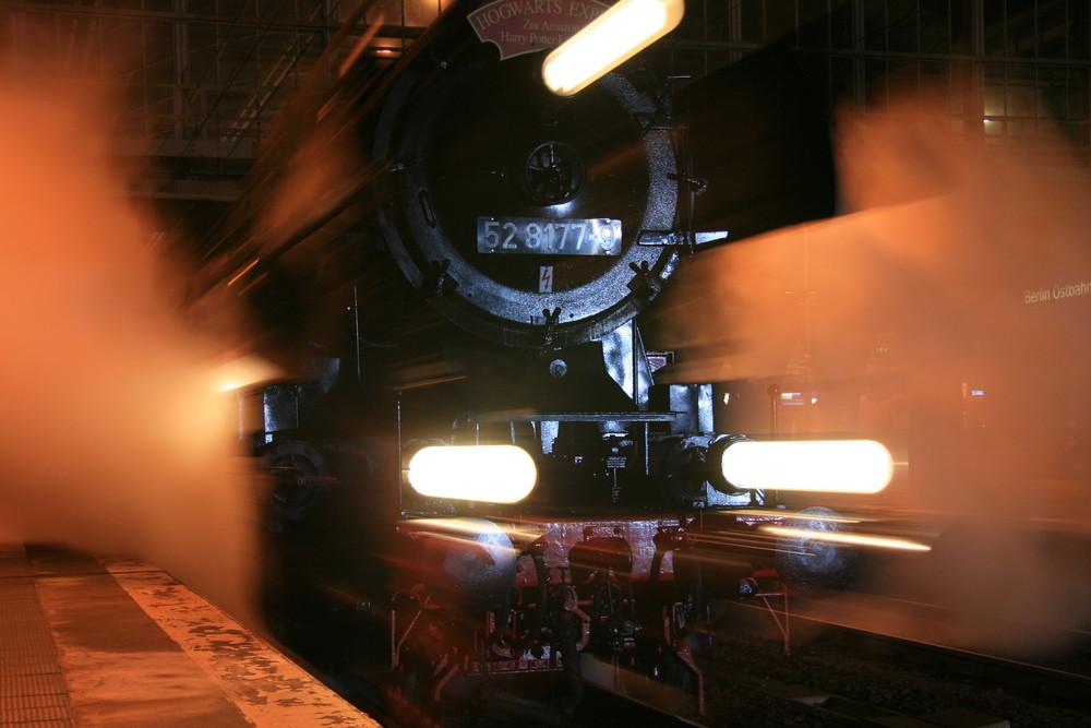 Hogwarts Express bei der Ausfahrt aus dem Ostbahnhof zu Berlin.