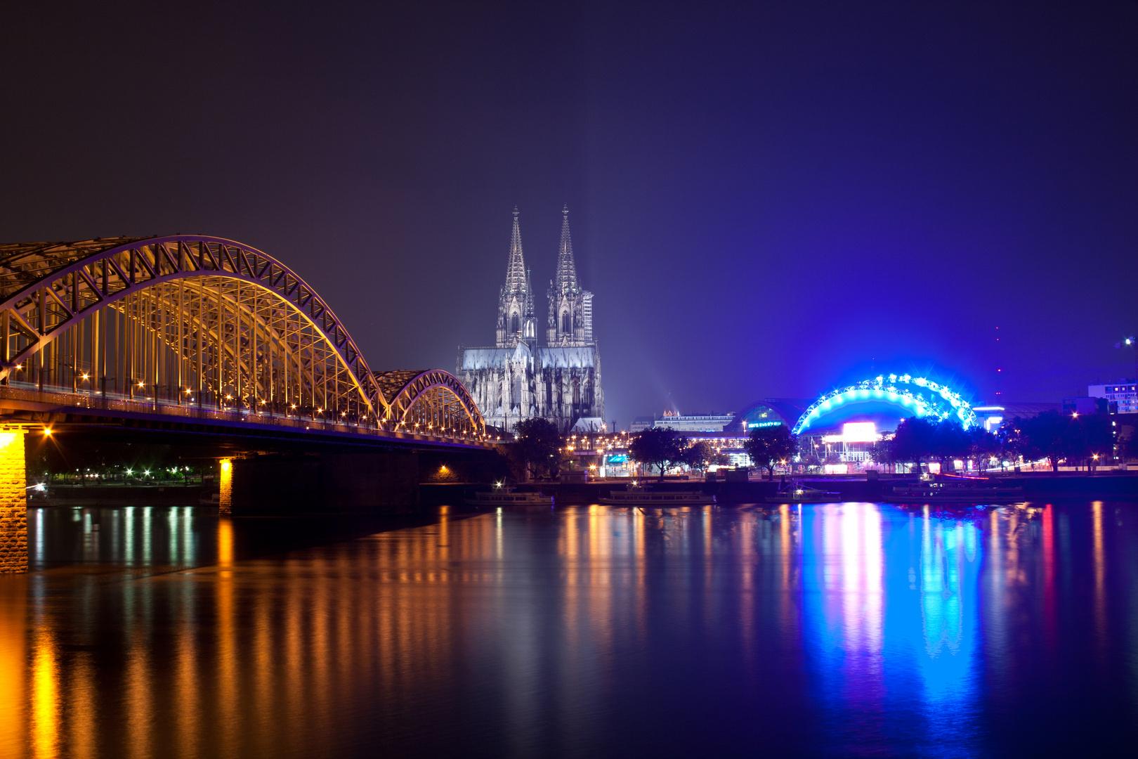 Hohenzollernbrücke, Kölner Dom und Musical Dome bei Nacht