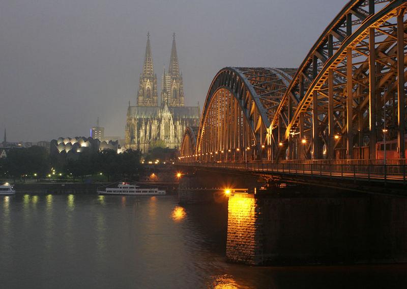 Hohenzollernbrücke mit Güterzug