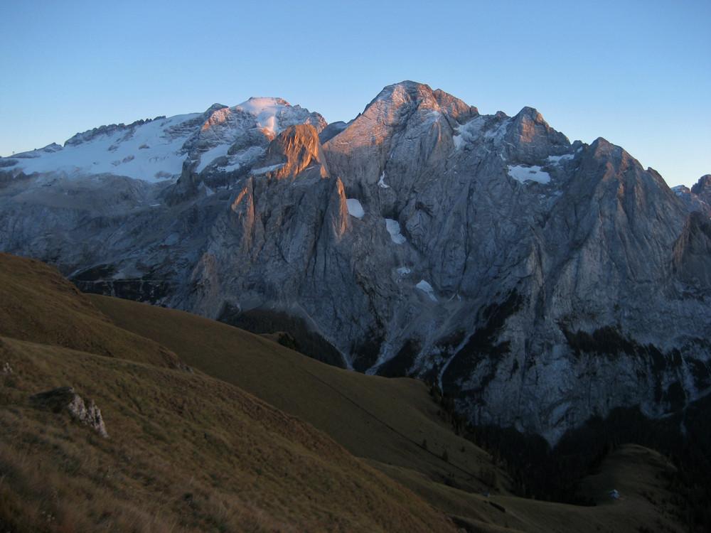 Hoher Gipfel mit Hütte und dem Weichspühler