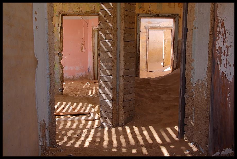 Holz vor der Hütte und Sand im Haus
