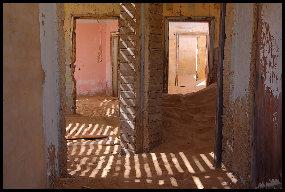 holz vor der h tte und sand im haus foto bild africa. Black Bedroom Furniture Sets. Home Design Ideas