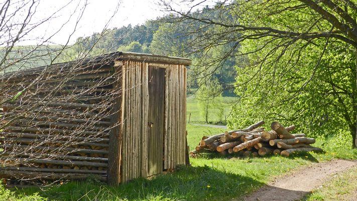 Holz vor (neben) der Hütt´n