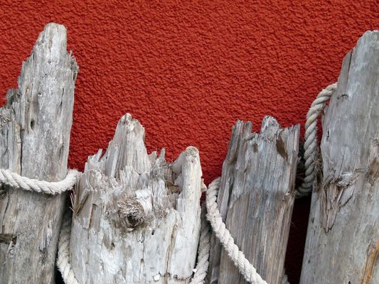 Holz vor roter Wand