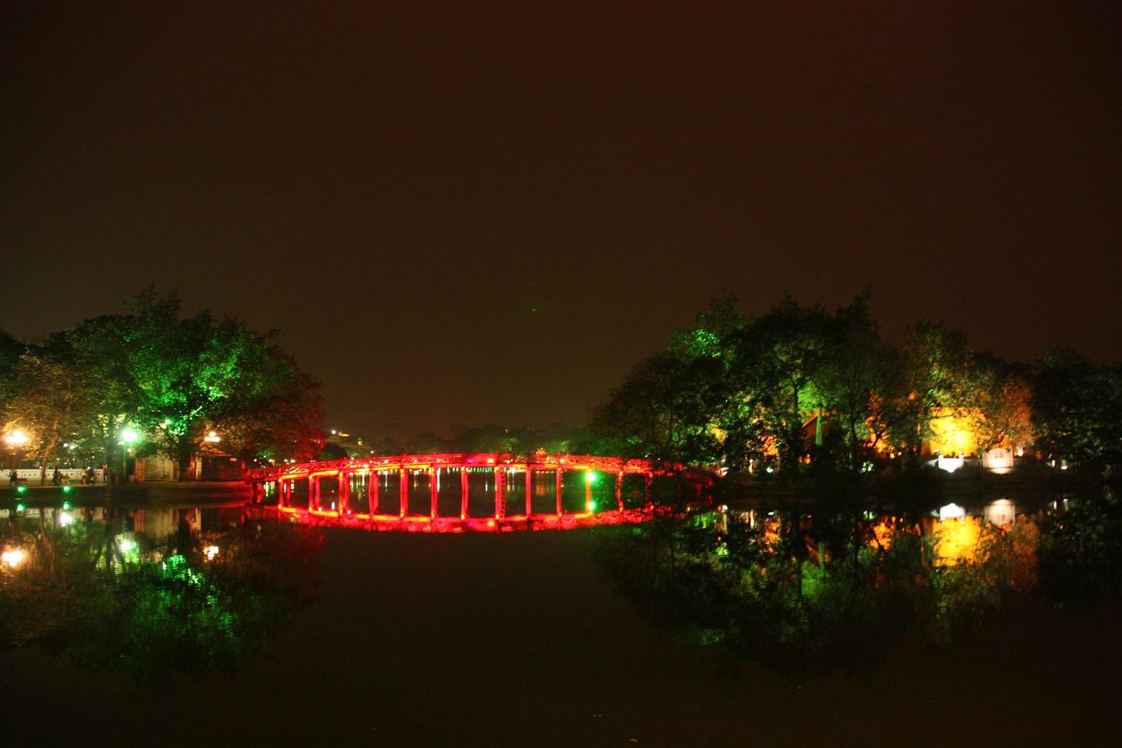 Holzbrücke und Jadebergtempel in Hanoi