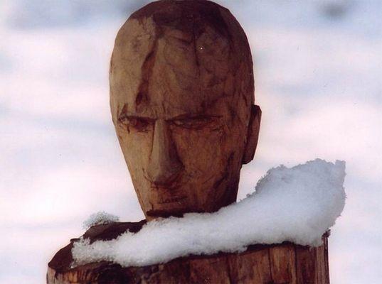 Holzfigur mit Schneeschal