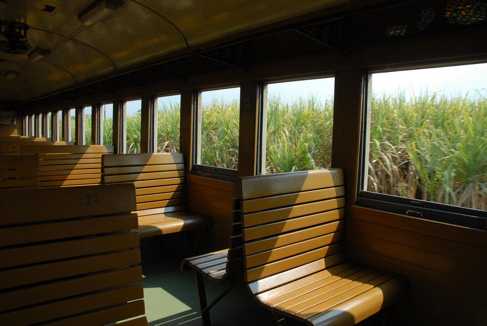Holzklasse in einem Zug in Thailand von Bangkok nach Nam Tok