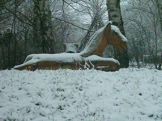 Holzpferd im Schnee