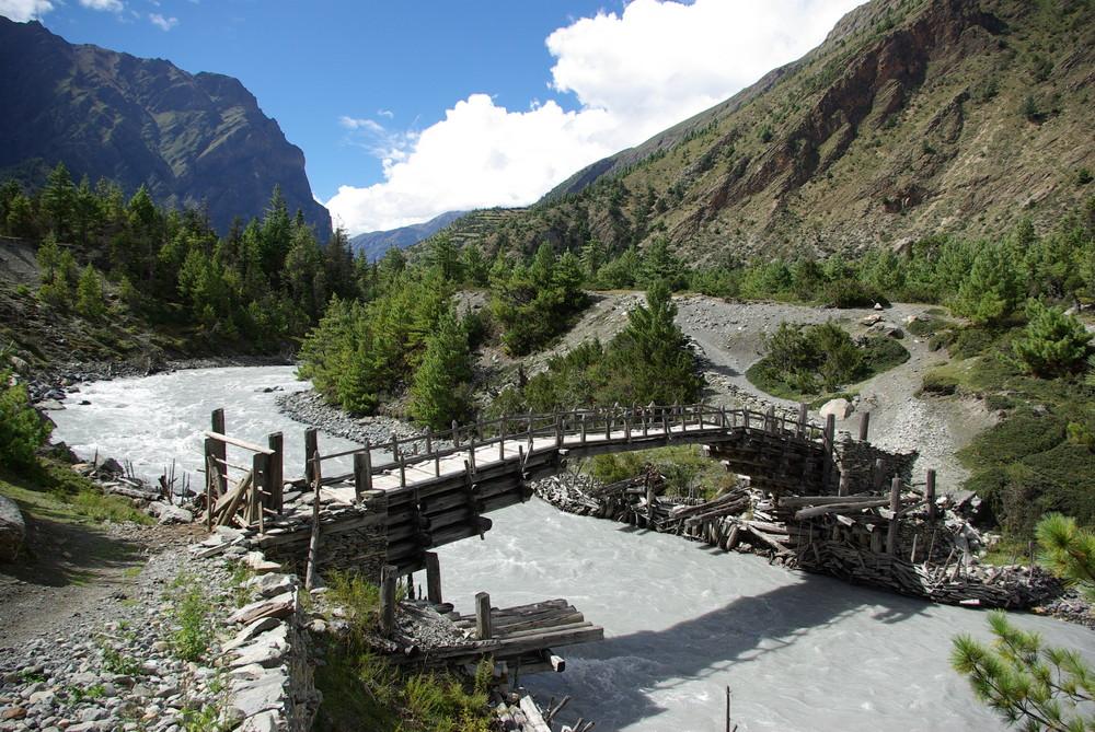 Holzrücke über den Marsyangdi Fluss