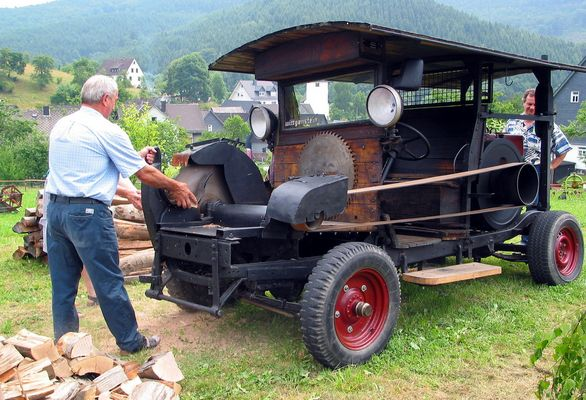 Holzsägen mit alter Sägemaschine um 1950