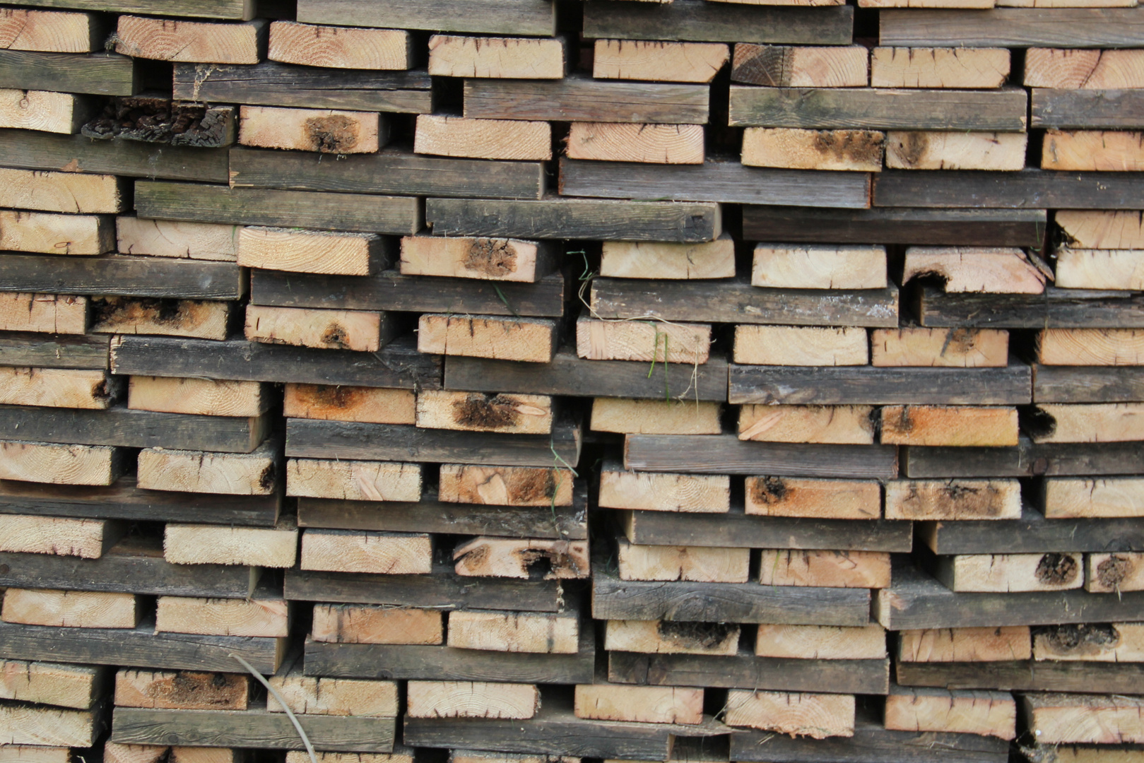 Holzstapel fürs grillen