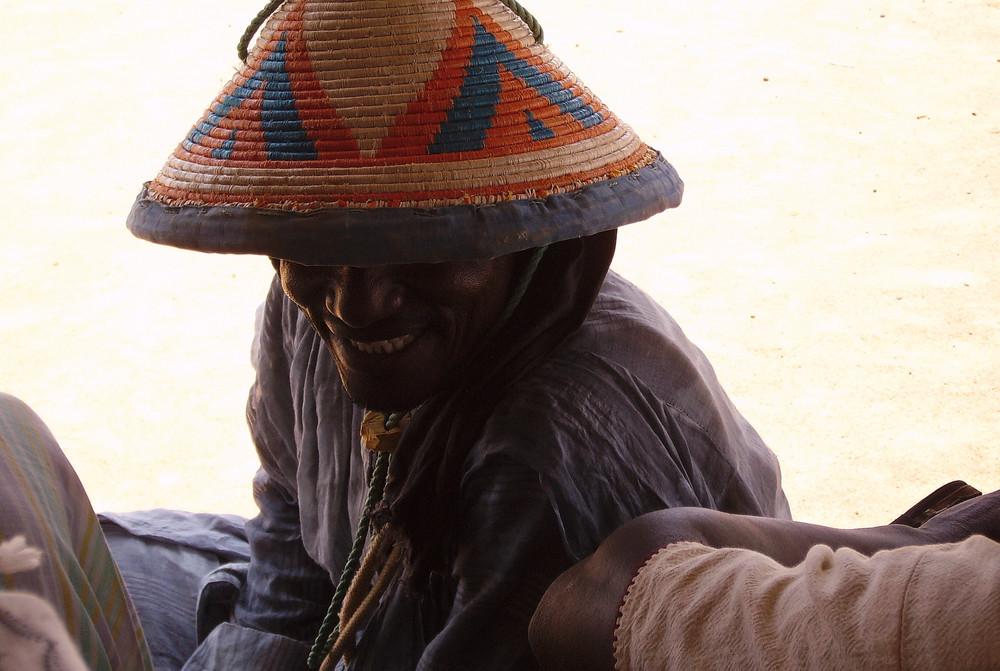 Homme au chapeau à la fête culturelle de Juloom en Mauritannie