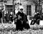 Homme nourissant les oiseaux, version noir et blanc