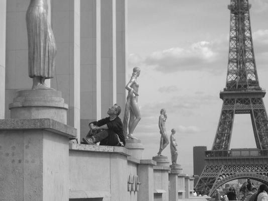 Homme. Statues. Tour Eiffel.