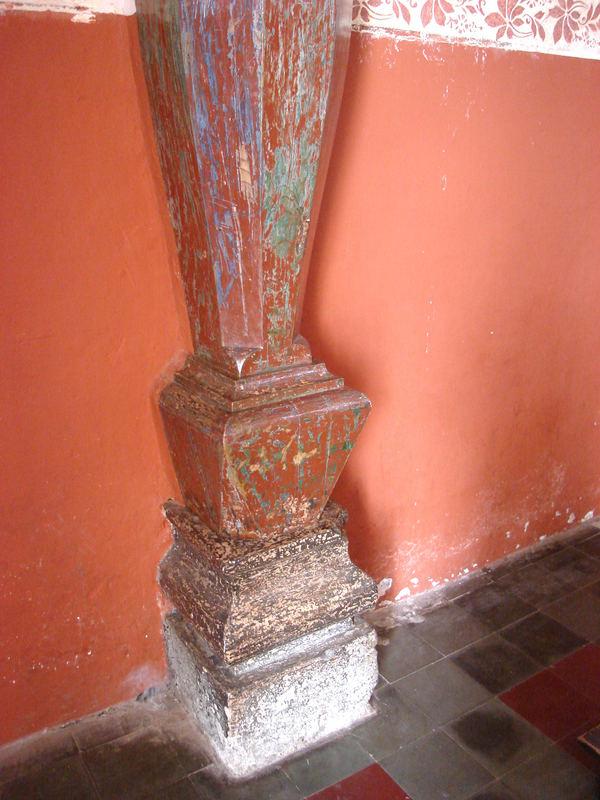 Honduras  / Santa Lucia /  detalle de unas de las columna de la iglesia.