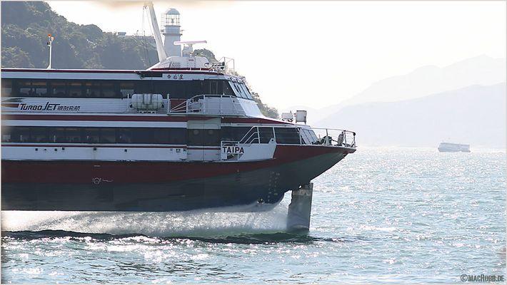 Hongkong - Tragflächenboot auf der Überholspur